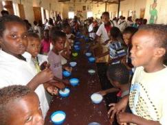 Somali refugee children in Yemen having school breakast from the World Food Programme (WFP/Barry Came)